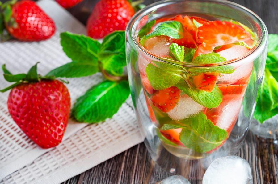 Buitenleven tipt vijf zomerse kruiden voor het bereiden van een dorstlessend zomerdrankje.