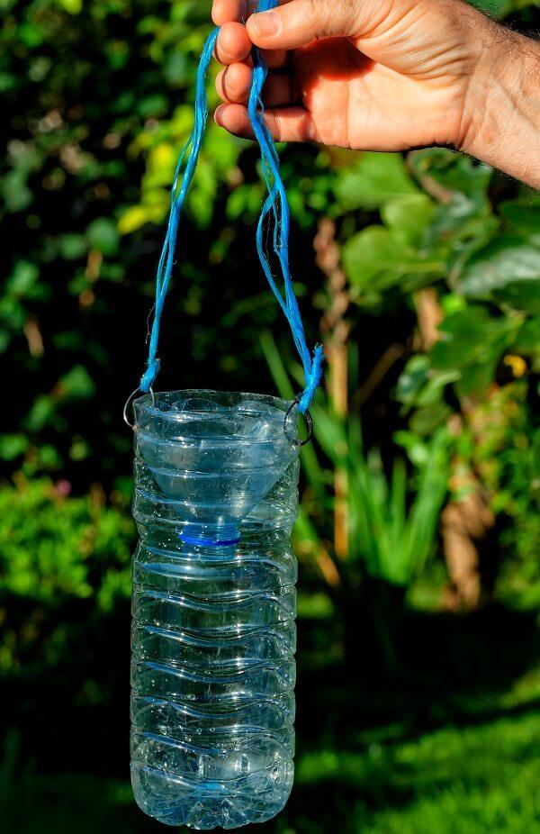 De bovenkant van de fles snijd je eraf en gebruik je als trechter voor een val.